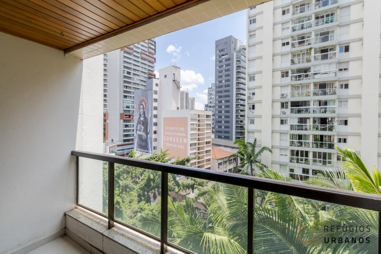 Vila Nova Conceição, apartamento de 102 m2. 2 quartos (1 suíte), varanda vista para tapete verde. Prédio com piscina. 2 vagas. Perto do parque.
