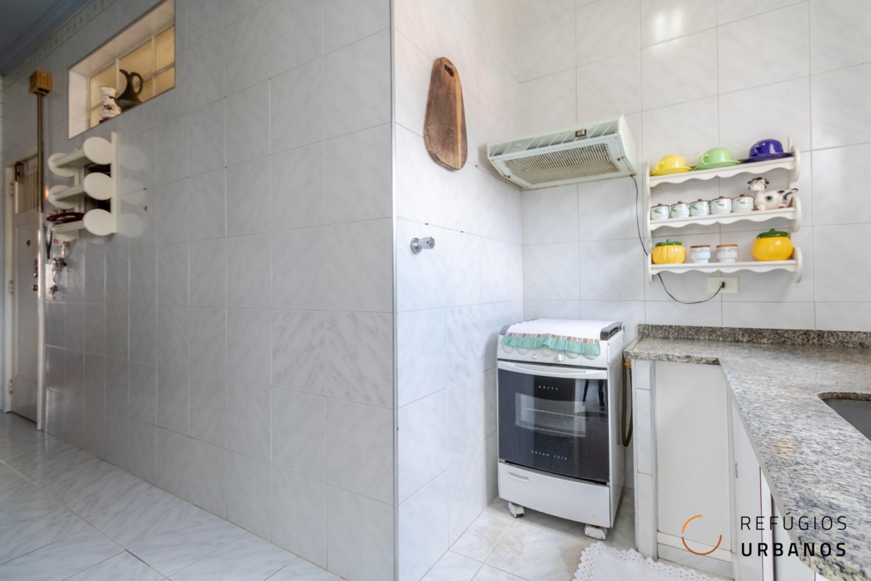 Apartamento antigo em prédio da década de 40. Amplo com dois quartos e 129m², cheio de elementos originais na Vila Buarque.