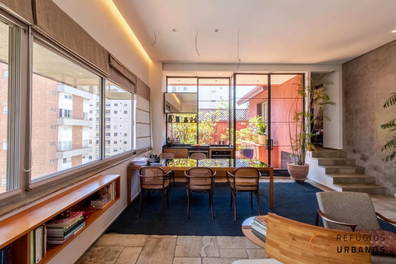 Cobertura espetacular de 280 metros quadrados de área útil, com 3 dormitórios, sendo 2 suites, em prédio super charmoso, localização espetacular e 4 vagas no Itaim Nobre.