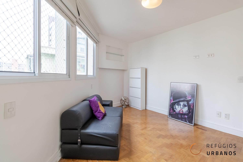 Três quartos com duas suítes em apartamento reformado em prédio dos anos 50 no bairro Santa Cecília. 122m² com cozinha gourmet e sala ampla.