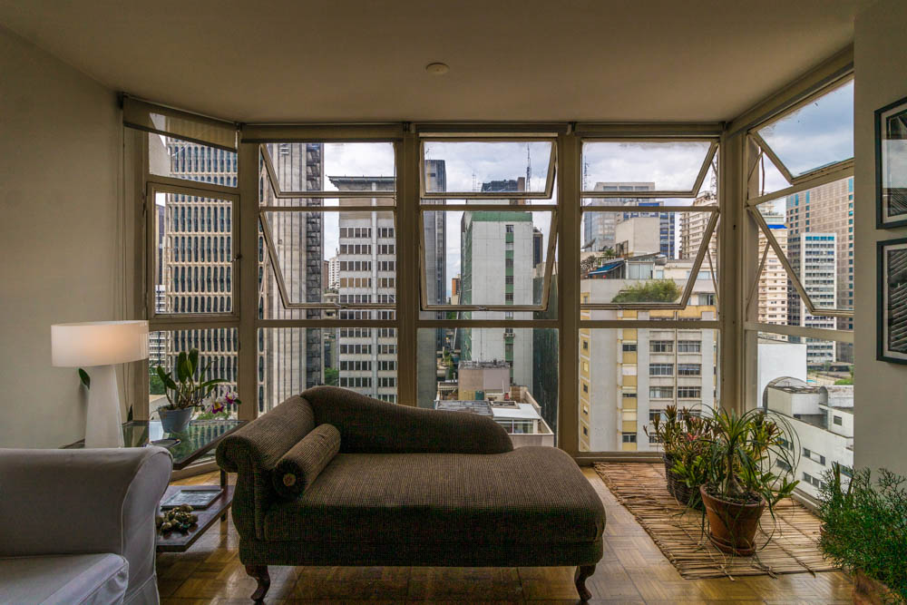 Apartamento de 141 metros quadrados, andar alto, com 3 dormitórios, sendo 1 suite, com janelão piso-teto e 1 vaga no Jardim Paulista.