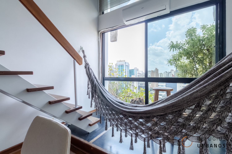 Loft de 49 metros quadrados de área útil, sendo 1 suite, cozinha integrada, com varanda deliciosa, 1 vaga e super bem localizado no Itaim!