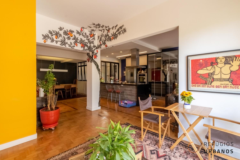 Refúgio urbano espaçoso e reformado na República. São 107 m², uma suíte, cozinha integrada com sala ampla e uma charmosa varanda ensolarada!