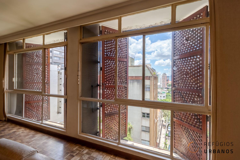 Apartamento para reforma, no prédio modernista mais cobiçado de Santa Cecília. Com 280 m², 3 dormitórios, sendo 2 suítes, lavabo, living para vários ambientes e 2 vagas. Encontrar um apartamento com pé-direito alto, janelões piso-teto, boa planta com com iluminação e ventilação cruzada, é realmente um sonho. Agora imagine esse conjunto em um prédio modernista com a fachada protegida por muxarabis. Este apartamento reúne todas essas características, é um diamante bruto, à espera de lapidação, com um bom projeto de arquitetura. Seus 280 m² são distribuídos em três confortáveis setores: social, íntima e serviços. Começando pela área social, o hall de entrada é o ponto central da circulação entre os setores, conduz tanto ao living, quanto aos dormitórios e à cozinha. O living é composto por três confortáveis ambientes, incluindo estar, jantar e TV. Possui ainda um espaço para escritório, parcialmente integrado através de uma estante escultural. Ele também é atendido por um lavabo. A sala de jantar está conectada à cozinha, através de uma parede de blocos de vidro, portanto pode ser totalmente integrada em uma reforma. Na extremidade oposta do hall, uma porta garante privacidade à área íntima. Composta por 3 dormitórios, sendo duas suítes e mais um banheiro social. A suíte principal, assim como o terceiro dormitório possuem closets. Para finalizar, o setor de serviços, que além da cozinha, possui lavanderia, dormitório e banheiro para funcionários. E o apartamento ainda conta com duas vagas de garagem demarcadas. Agora o Edifício e o bairro! Localizado em uma região tranquila de Santa Cecília, na parte baixa do bairro, o prédio está implantado em frente uma rua, ou seja, garantindo vista eterna aos apartamentos. Construído nos anos 60, o Edifício Albina, foi batizado em homenagem a avó de um de seus construtores: o arquiteto Alberto Botti, do escritório Botti Rubin Arquitetos Associados. O grande destaque do projeto é a fachada de muxarabi, muito bem mantidos, foram subs