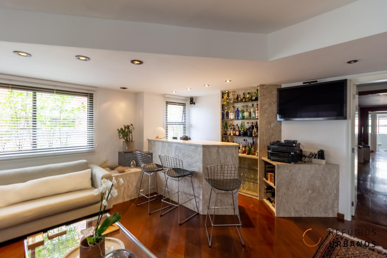 Vila Nova Conceição, lindo apartamento com 207m2, com varanda, 3 quartos/3 suítes, salas amplas, lareira. Prédio com lazer. 4 vagas.