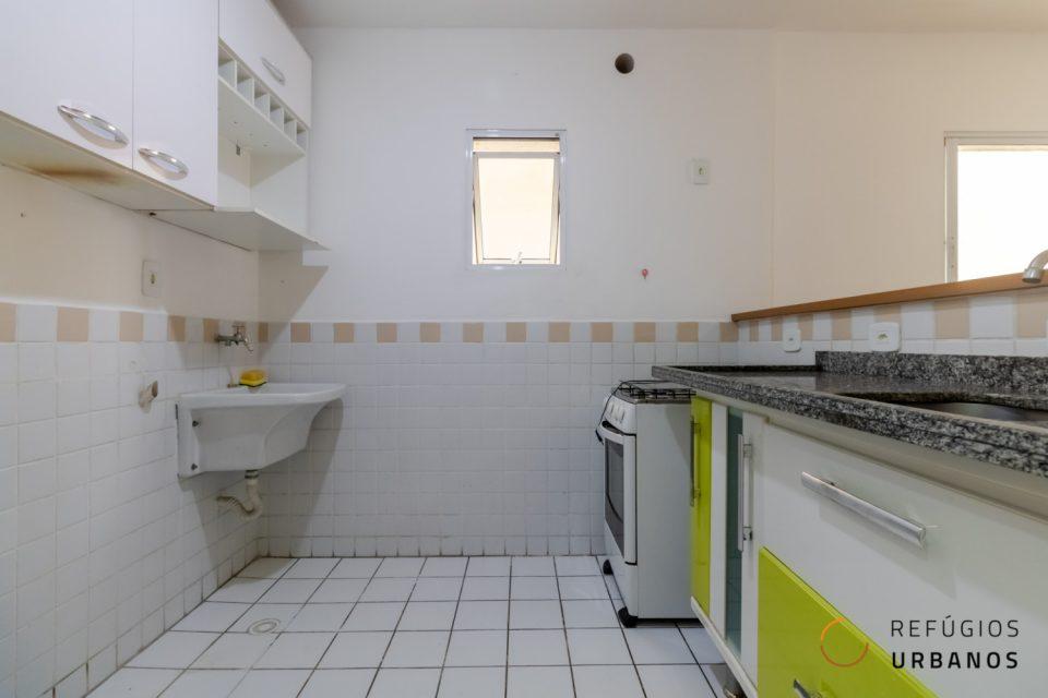 Largo do Arouche na República. São 45,84m² organizados em varanda, um quarto e sala integrada com a cozinha. Prédio de 2010.
