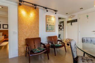 Barão de Tatuí - Vila Buarque com 60,97m². Dois quartos (1 suíte), sala ampliada e 1 vaga. Inclui ar condicionado e marcenaria completa.