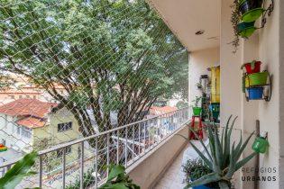 Apartamento de 94m2 em predinho fofo e bem localizado com dois dormitórios e uma vaga de garagem na Bela Vista