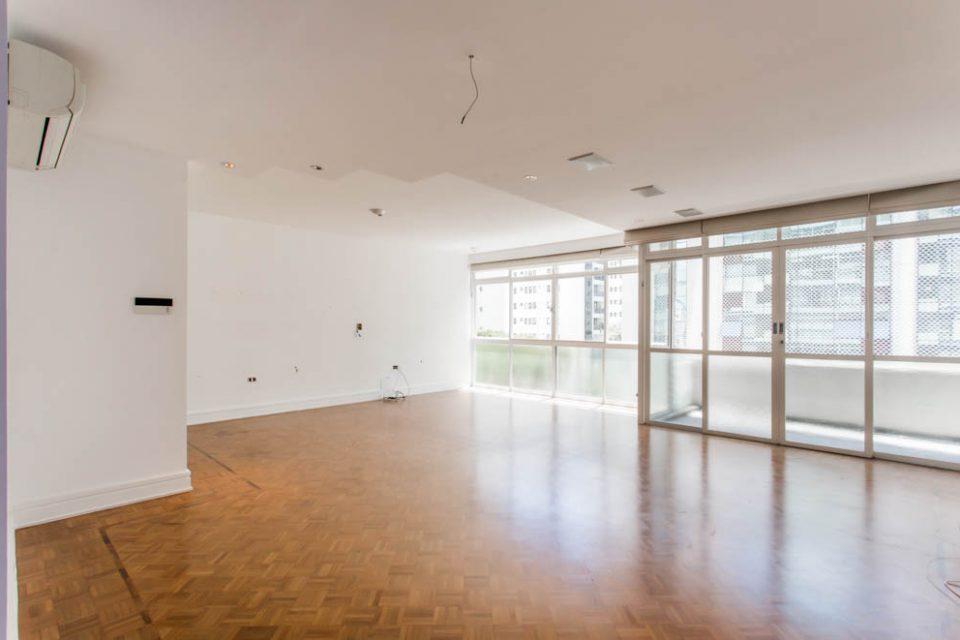 Jardim Paulista: Apartamento de 166 metros de muita luz, sacadinha, janelões, 3 dormitórios, sendo uma suite e 2 vaga na garagem.