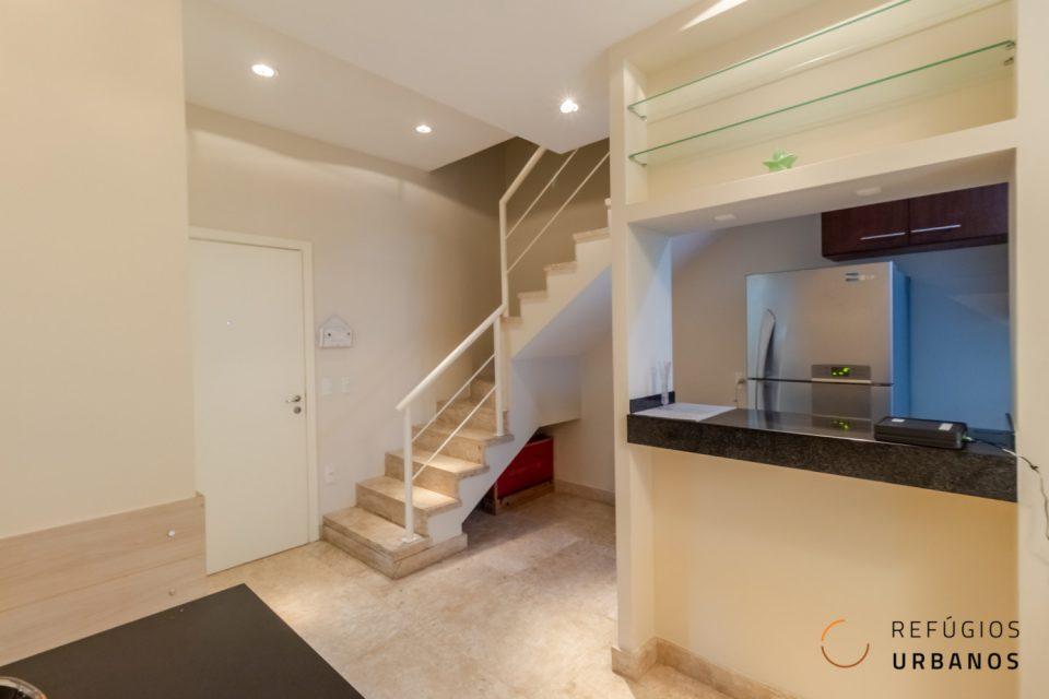 Duplex no Gonzaga, 69m2, 2 dormitórios, 1 banheiro, 1 lavabo, serviços de arrumação e lavanderia, prédio com lazer completo e 1 vaga.