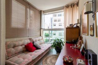 Apartamento de 77 m² na Rua Gabriel dos Santos, Santa Cecília.Duas vagas de garagem, a planta tem 3 dormitórios e varanda integrada à sala.
