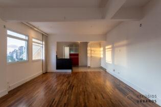 Vila Olímpia, apartamento reformado com 62m2, 1 quarto. Cozinha americana. Sala ampla com janelão. Andar alto. Sem vaga.