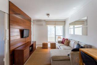 Vila Olímpia, apartamento charmoso com 57 m2, 2 suítes, varandinha, 2 vagas. Andar alto. Prédio com lazer. Ótima localização.