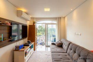 Vila Olímpia, apartamento reformado com 70m2, 2 quartos/1 suíte. Varandinha. Cozinha americana. 1 vaga. Ótima localização!