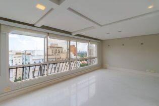 Apartamento de 123 metros quadrados, 2 quartos, sendo uma suite, andar alto, com vista livre, em prédio com lazer e 2 vagas no Jardins.