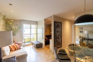 Vila Olímpia, apartamento super simpático com 72m2, 3 quartos/ 1 suíte, 2 vagas. Com varanda em localização especial. Prédio com piscina.