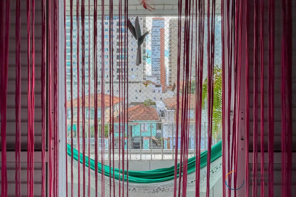 No Embare, apartamento de 70m2, repleto de cor, personalidade, luz e a brisa do mar em um predinho numa rua tranquila e arborizada.