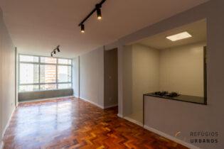 Apartamento de 74 metros com dois dormitórios e uma reforma super bacana com cozinha integrada e janelão super iluminado na Bela Vista