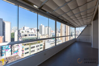 Apartamento reformado, de 110 m², com varandão com vista para o Aquário Urbano na Vila Buarque.São duas suítes, sala e cozinha integradas.