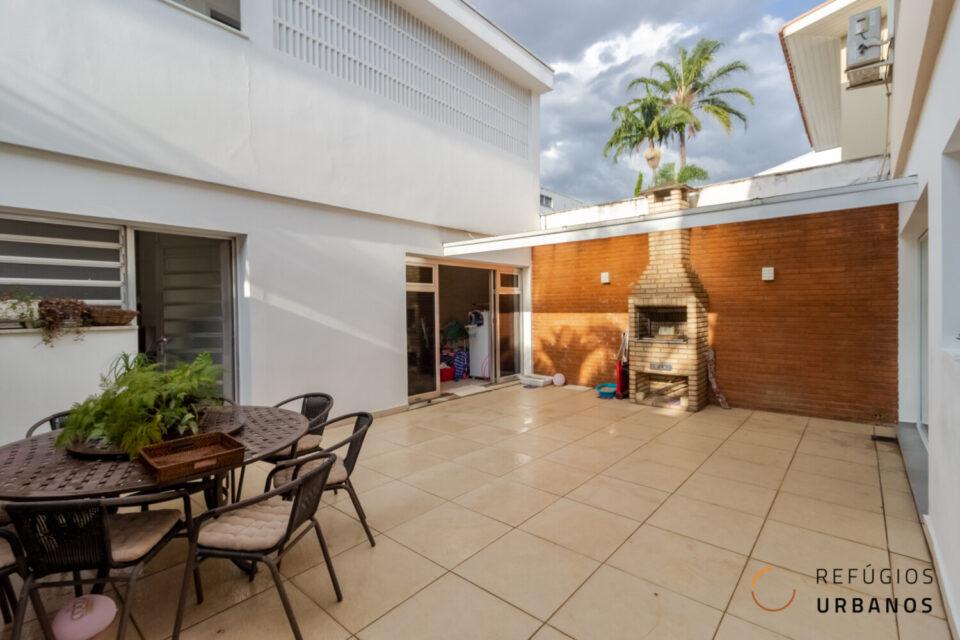 Moema, casa com 303 m2 de área construída, 3 quartos/ 2 suítes. Área externa com churrasqueira e edícula com mais 2 quartos. 3v.