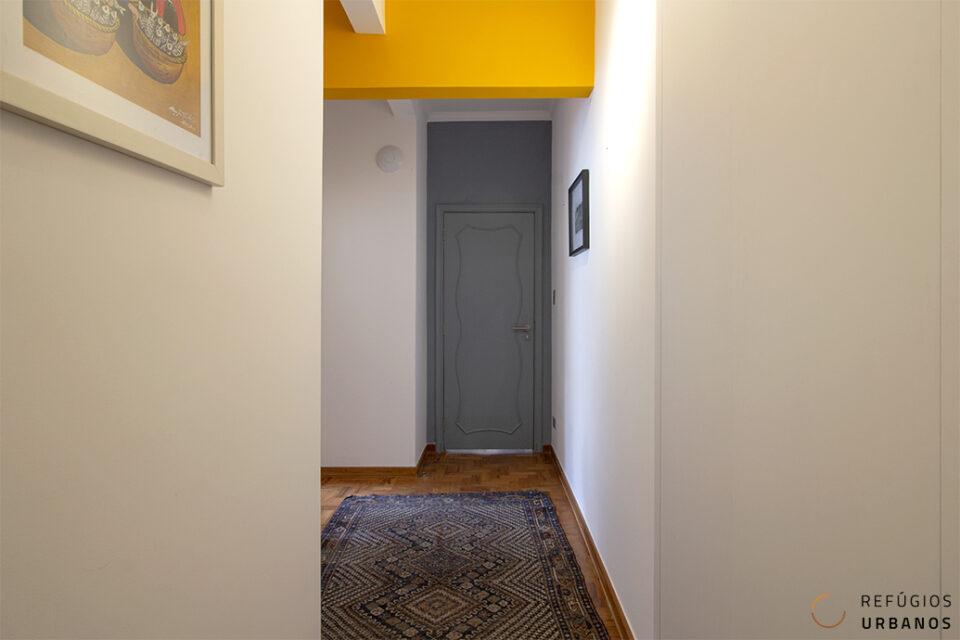 Apartamento super reformado em Higienópolis, com 222 m² de área útil: 3 dormitórios, sendo 1 suíte com closet e varanda, living para vários ambientes, com varanda também, e 1 vaga. O apartamento. Alguns apartamentos tem, o que consideramos, o conjunto perfeito, entre reforma, prédio e localização, este e um deles. Recentemente reformado, foi completamente atualizado, desde o básico: hidráulica, elétrica e esquadrias; até o projeto luminotécnico, sistema de ar condicionado e piso aquecido no banheiro da suíte. A área social é super espaçosa, o living possui espaço para vários ambientes: hall de entrada, sala de estar, sala de jantar com varanda e ainda uma espécie de terraço interno, banhado pelo sol da manhã e com uma vista super agradável! A cozinha, super espaçosa com uma ilha central, é parcialmente integrada, através de uma passagem que a conecta a sala de jantar. Uma porta garante a privacidade da área íntima, um corredor com roupeiro, constitui o acesso aos dois dormitórios, ao banheiro social e à suíte, esta última super confortável, composta pelo dormitório com varanda, acesso a um closet e uma espaçosa sala de banho, com piso aquecido. E para completar o apartamento, há ainda a lavanderia e um banheiro para funcionário. O prédio. Construído em 1953, pelo engenheiro construtor Udo Wiedenbeim, o edifício se destaca na paisagem, impossível passar despercebido pela sua fachada. E, internamente, o prédio impressiona pelos detalhes e conservação. O hall social é todo pavimentado com marmorite branco e preto, iluminado por lustres dourados e suas portas e janelas possuem um belíssimo gradil sinuoso. A localização. Higienópolis é um bairro predominante plano, com ruas largas e arborizadas, uma delas a Rua Piauí, onde localiza esse apartamento, no início da via, próximo ao Mackenzie. Essa posição estratégica, permite desfrutar da tão sonhada vida de bairro à pé, dispensando o uso do carro. Mas se precisa, o apartamento conta com uma vaga de garagem.