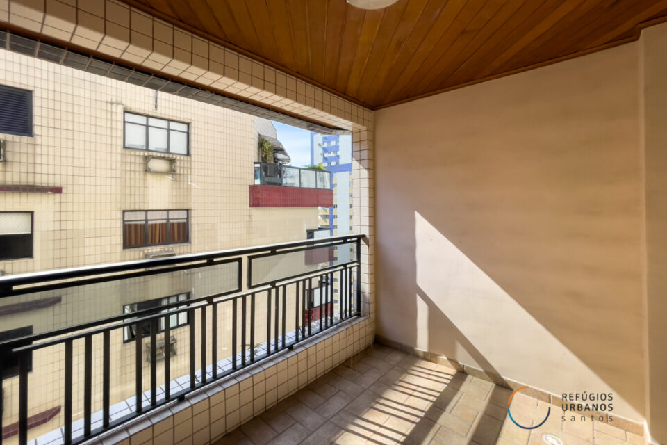NO BOQUEIRÃO, 130m2, 3 quartos uma suíte, muito bem conservado, ótima iluminação, duas varandas e 1 vaga a 2 quadras da praia.