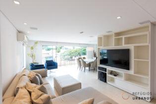 Brooklin, apartamento com 152 m2, 3 quartos/1 suíte, varandão, super reformado. 2 vagas. Prédio com piscina.