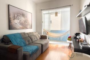 Na Ponta da Praia, um apartamento fofo de 68,915m2 com uma suíte, rede na varanda, em um prédio dos anos 50, a apenas uma quadra da praia.