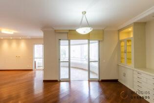 Apartamento em Pinheiros, com 144 m2, 4 quartos sendo 2 suítes, 2 vagas, varanda, em prédio com lazer, a poucos passos do metrô Oscar Freire.