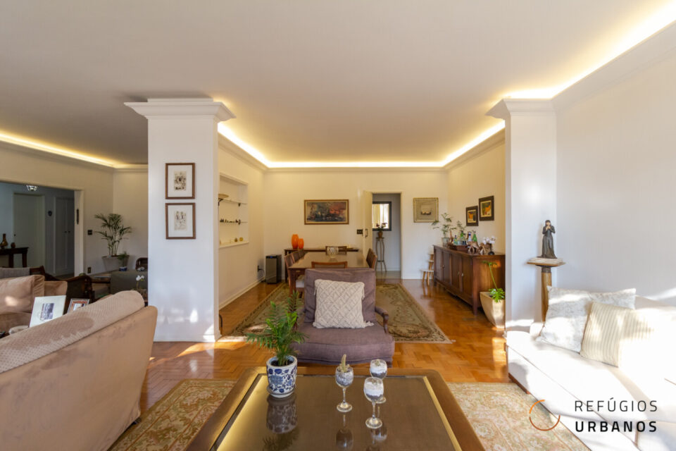 Apartamento na Praça Roosevelt, 280m2, janelões sob as árvores, 3 quartos sendo 1 suíte, 3 vagas. Planta incrível para deixar do seu jeito.