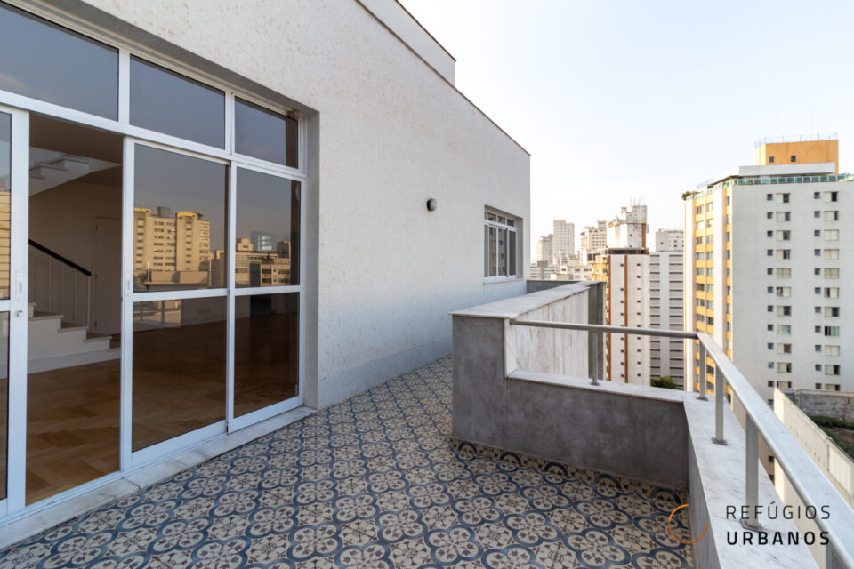 Cobertura duplex em Higienopolis com 228m2 dois terraços, reformada com 3 suítes, uma vaga e vistas lindas para o bairro.