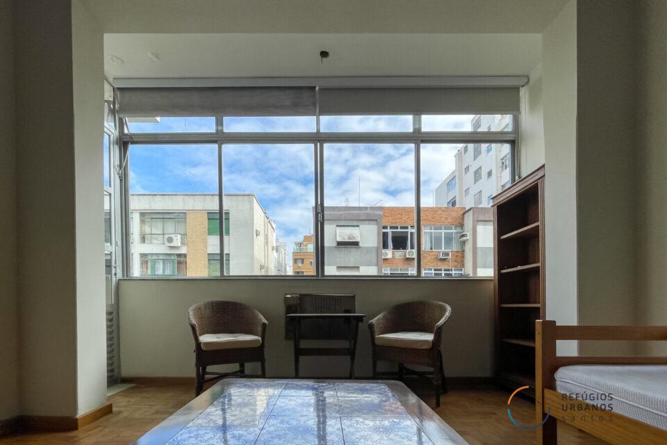 No Boqueirão em Santos, apartamento de 130m2, com 2 quartos, janelão e piso de tacos em uma rua tranquila pertinho da praia!