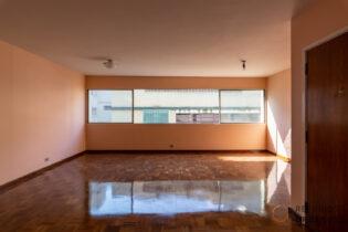 Apê em Higienopolis localizado em edifício projetado pelo arquiteto modernista João Kon, com 151m², ampla sala iluminada por janelões e 3 quartos, sendo 1 suíte e 2 vagas.