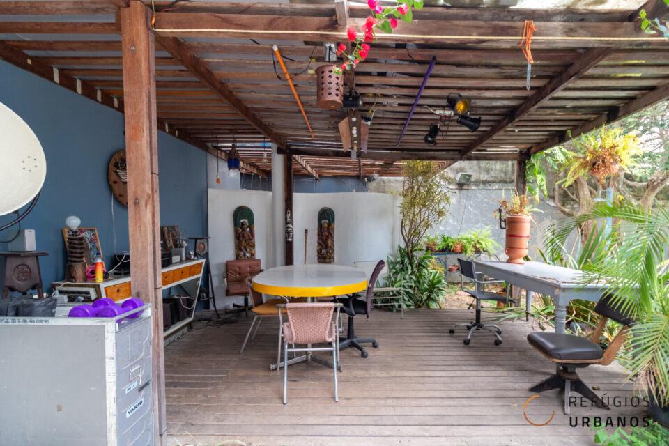 Casa no Pacaembu com 350m2 construídos, 4 suites, 4 vagas e muito potencial, mais piscina e espaço gourmet em um jardim com vista deslumbrante.