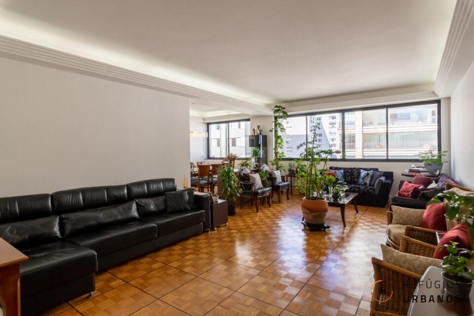 Em Santa Cecilia apartamento com 213 m2 em andar alto, cercado de vista livre por todos os lados, sala ampla, 3 quartos sendo uma suíte e 1 vaga.