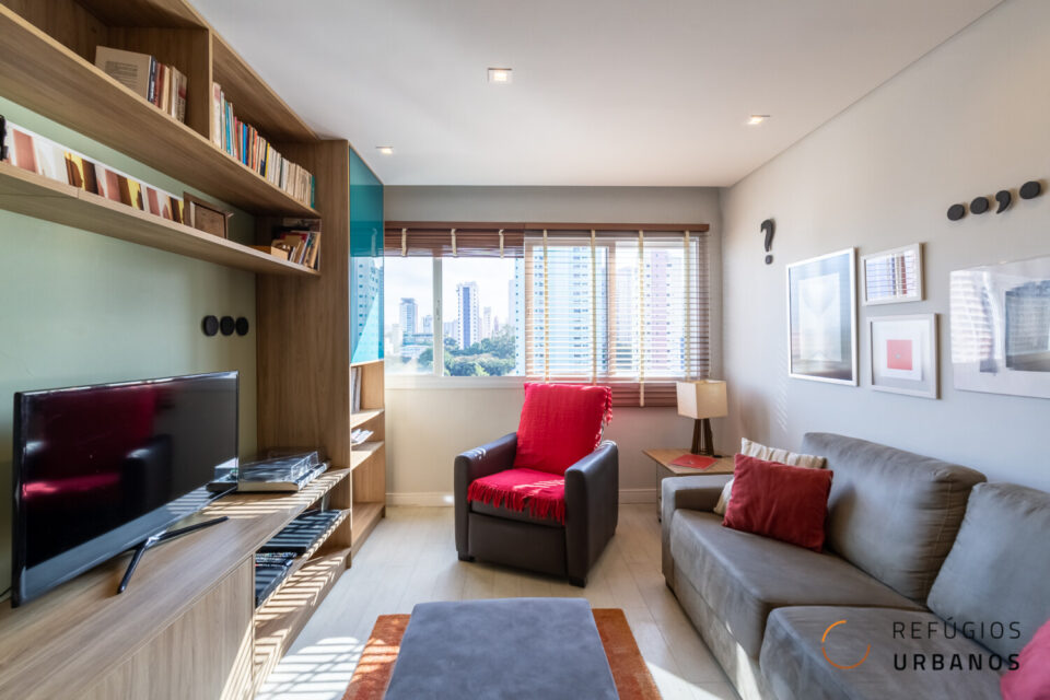 79m2 reformados e incríveis na Vila Clementino. 3 dormitórios, 1 suíte, 1 vaga a 700m do metrô Hospital São Paulo e janelão com sol da tarde.