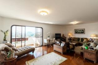 Vila Nova Conceição, apt com 262 m2. Planta circular, varanda generosa com super vista. 4 quartos/2 suítes. 3 vagas. Prédio com piscina.
