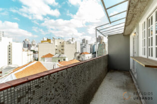 Na Vila Buarque, um apartamento reformado de 51m2, 1 dormitório, vaga de garagem, andar alto, ótima varanda e com cara de cobertura.