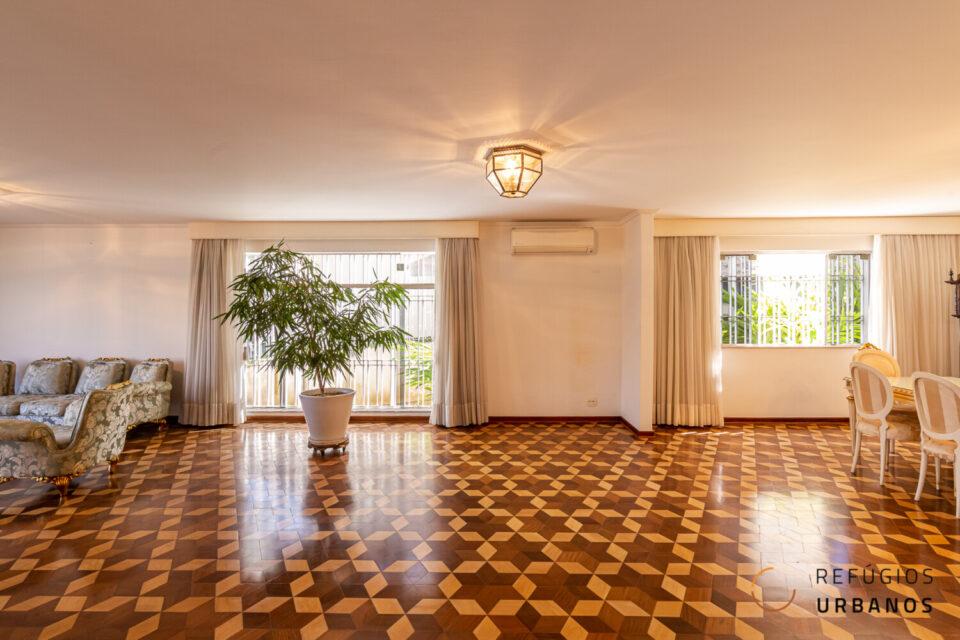 No coração do Jardim das Bandeiras, casa com 431m2, 4 quartos sendo 2 suítes, sala para 3 ambientes, 6 vagas, edícula e muitas possibilidades