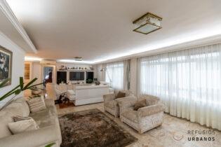 Apartamento com 198m2 no Jardim da Saúde. Planta ampla, janelões, 3 dormitórios e 2 vagas em prédio de tijolinho numa região nobre e arborizada.