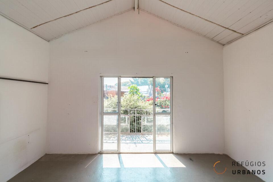 Esta casa é um show à parte! São 190m2 de área construída, 230m2 de área total, com 2 dormitórios, 1 banheiro e uma jabuticabeira.
