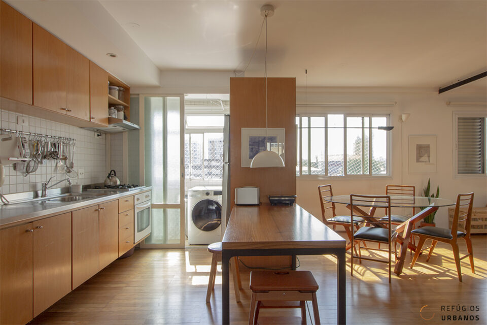 Entre Pinheiros e Vila Madalena, apartamento reformado com 117m2, 2 quartos (sendo 1 suíte), bem iluminado, em prédio com lazer e perto do metrô