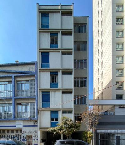 É um simpático edifício, com poucos andares, composto por uma torre única. A frente, no térreo, é um charme e conta-se que antigamente tinha até um espelho d'água com carpas!