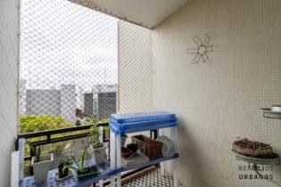 Na rua Piauí, uma varanda em Higienópolis. Na frente ao Mackenzie e do lado do metrô, com dois quartos e uma vaga.