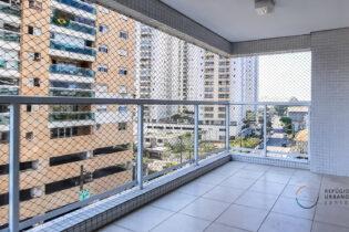Apartamento em condomínio clube com varanda. 111m2, 3 quartos, 2 suítes, lavabo e 2 vagas. Ponta da Praia, próximo ao Mercado de Peixes.