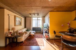 Apê solar de 91m2, segundo andar, três quartos, uma vaga de garagem,prédiocharmoso da década de 70, entre Pinheiros e Vila Madalena