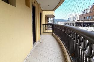 Na Ponta da Praia, um apartamento de 106m²,2 suítes, escritório, sala ampla com linhas curvas e muita originalidade no projeto construtivo!