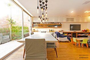 No Planalto Paulista, aquelas casas capa de revista, onde tudo é bem pensado para morar bem. Com 170m2, 3 dorm, 2 vagas e uma sala integrada com a cozinha e área externa.